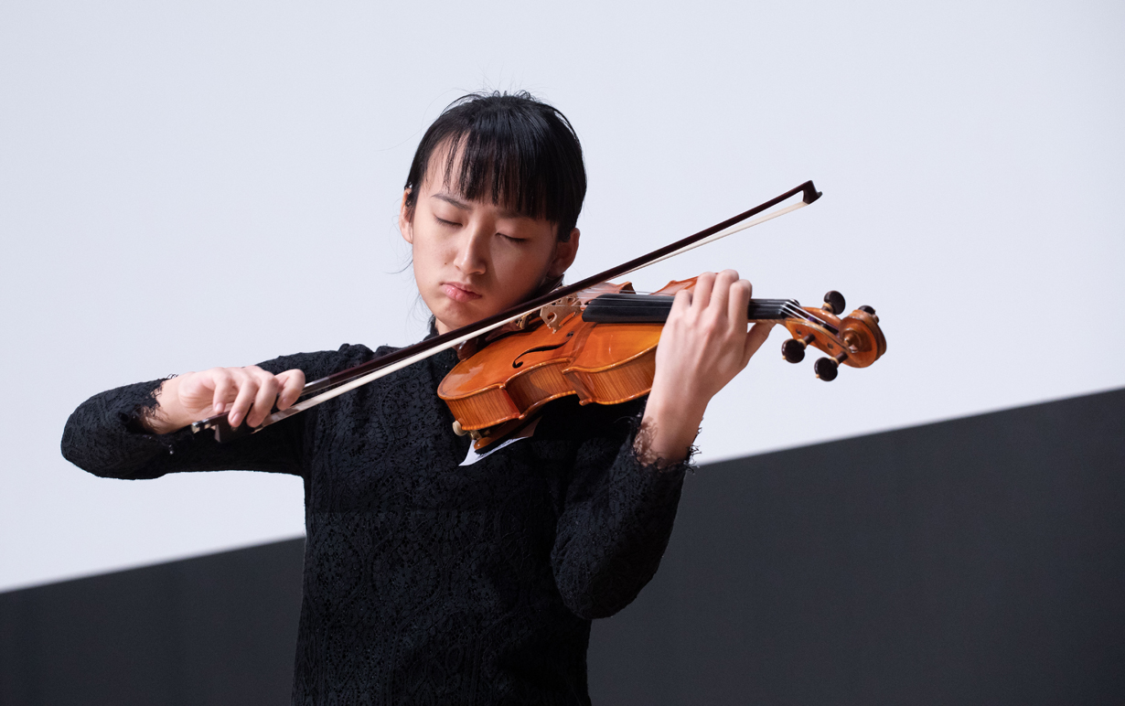 視障小提琴藝術家丁怡杰,靠聽覺和無比的專注力,克服身體殘障,演奏美妙音樂,與他人分享快樂。