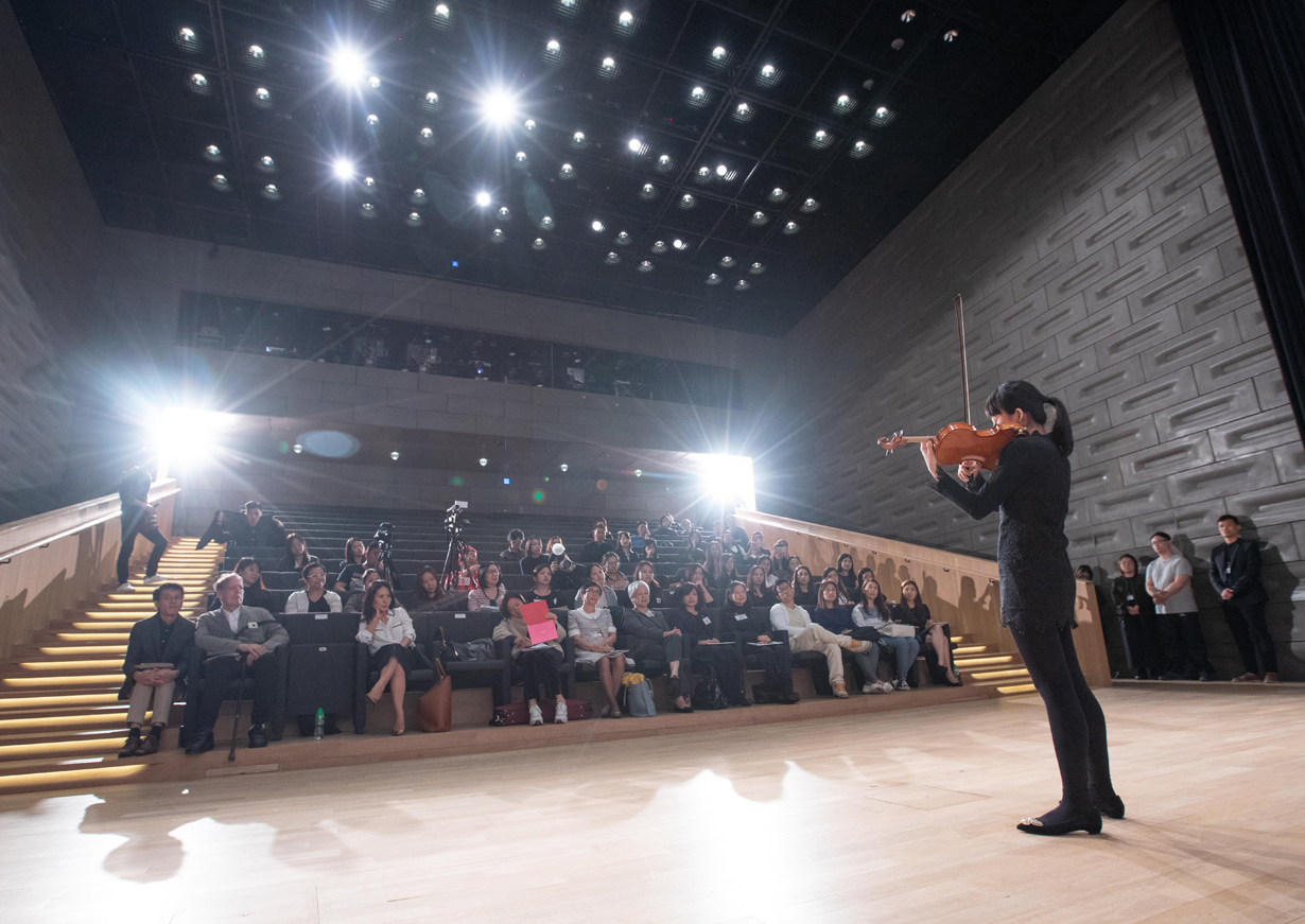 視障小提琴藝術家丁怡杰即席演出一段樂曲,在場人士無不被其悠揚樂韻吸引。