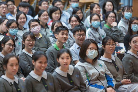 學生專注地欣賞表演